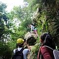 開始攀爬岩石