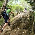 拉繩攀上「鳳冠山」巨岩陡坡
