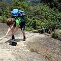 「峭壁雄風」拉繩攀爬而下