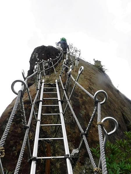 攀爬孝子山尖峰登頂之路