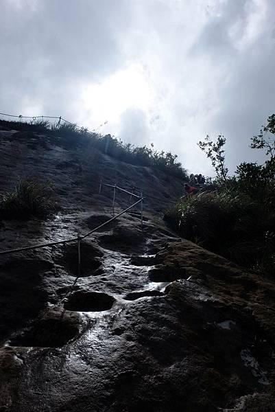慈母峰頂下切有架設繩索和鑿岩