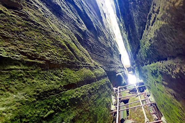 高狹岩壁刻劃紋路直衝一線天