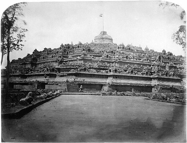 西元1873年婆羅浮屠重見天日後的第一張照片