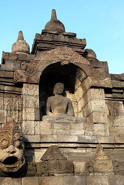 佛龕中佛陀盤坐