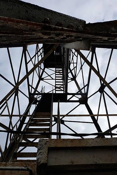 仰望國聖港燈塔方錐形鋼架結構