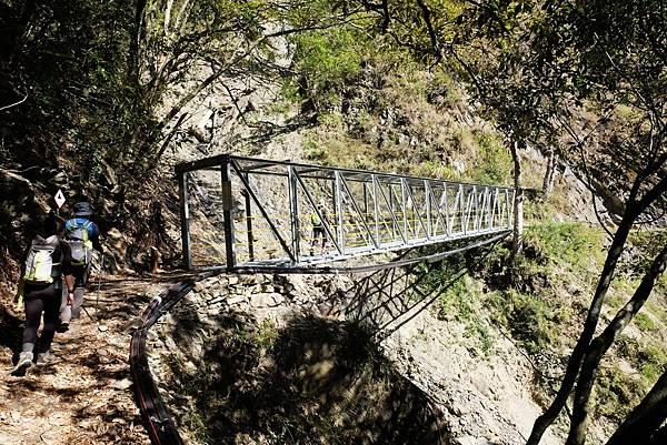 行經長鐵橋