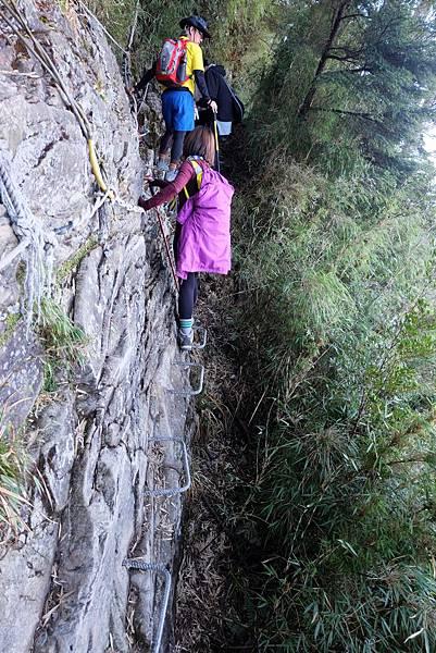 踩ㄇ型鐵梯拉繩橫渡岩壁路段