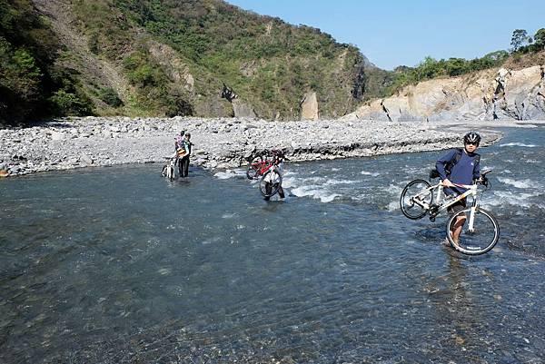 扛單車渡溪