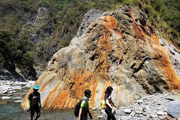 彩條岩壁對面「橘紋岩」