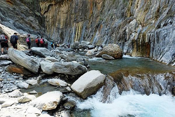 「峽谷彩壁」溪流湍急