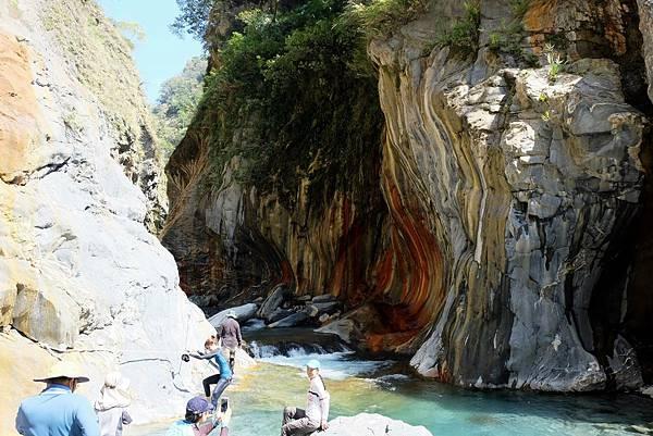 抵達哈尤溪溫泉「七彩岩壁」