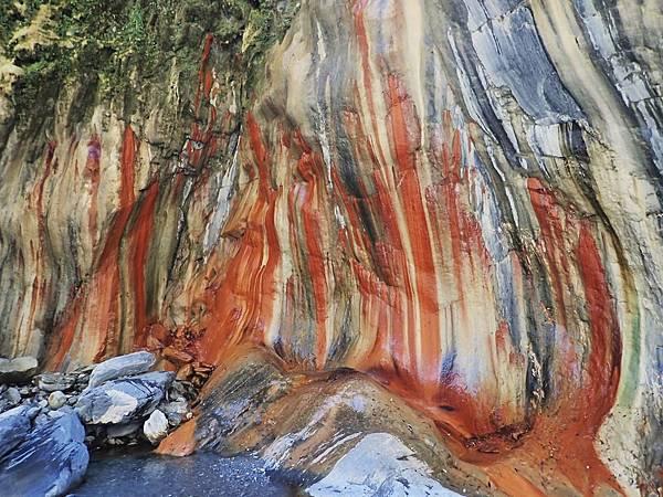 「七彩岩壁」紋理如火焰燃燒