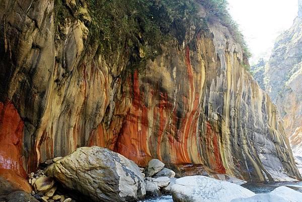 另一角度看「七彩岩壁」