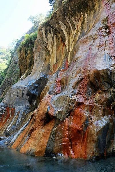 「七彩岩壁」往上游延伸