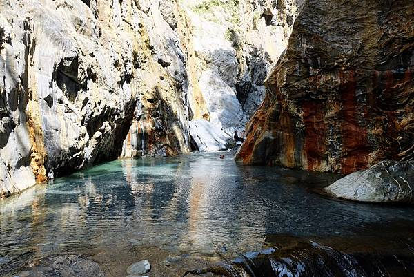 「七彩岩壁」旁溪流小深潭