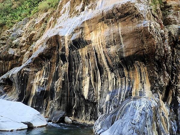 「硫磺斑紋岩壁」紋理黃黑冷酷交錯