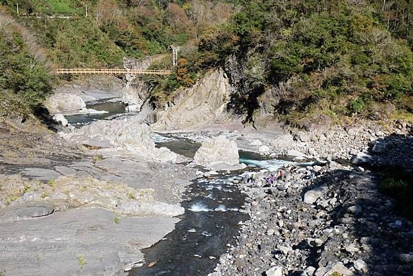 控溪吊橋上看軍艦岩方向