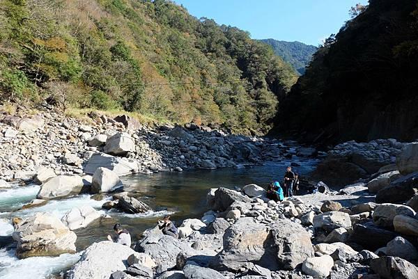 秀巒野溪溫泉往泰崗溪上游