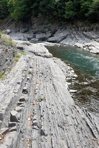 泰崗溪河床岩層節理平行特別