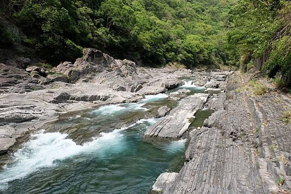 泰崗溪河床岩層節理景觀