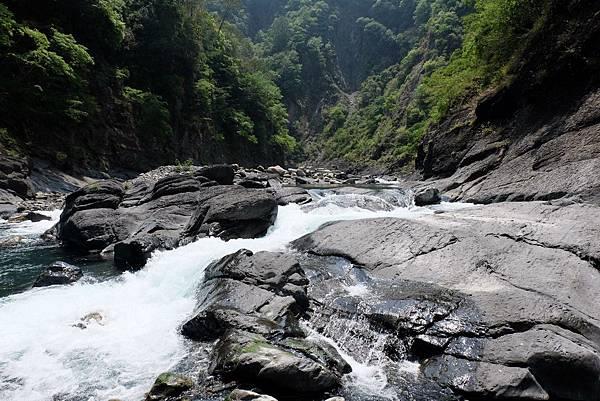 渡過溪流湍急