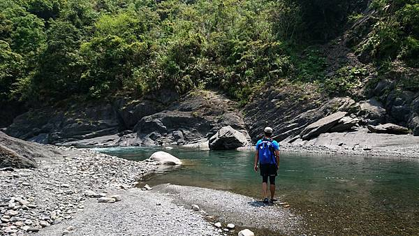 離開泰崗溫泉溪水轉彎處