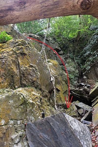 繞到山岩之後迂迴路線