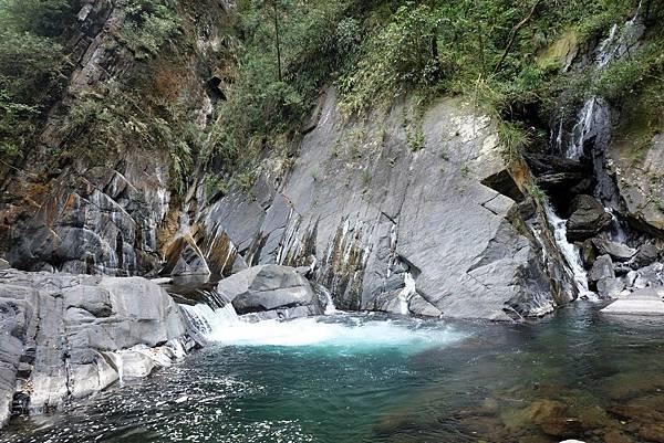 四陵野溪溫泉旁溪流漩渦和小瀑布