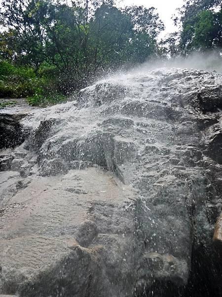 仰望四陵野溪溫泉瀑布傾瀉