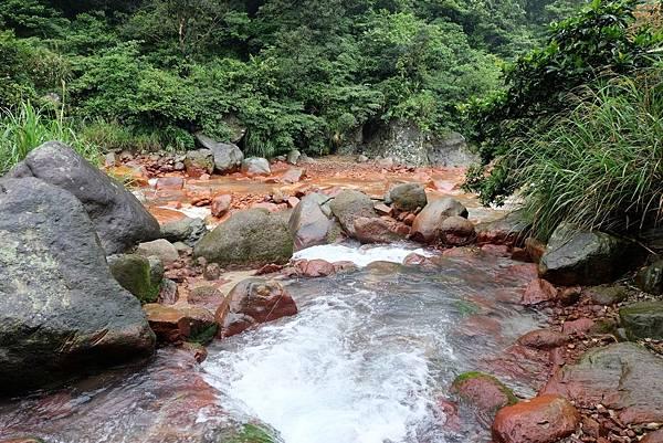 磺溪匯入鹿角坑溪方向