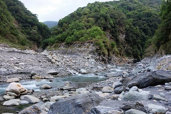 大崙溪河床營地往上游方向