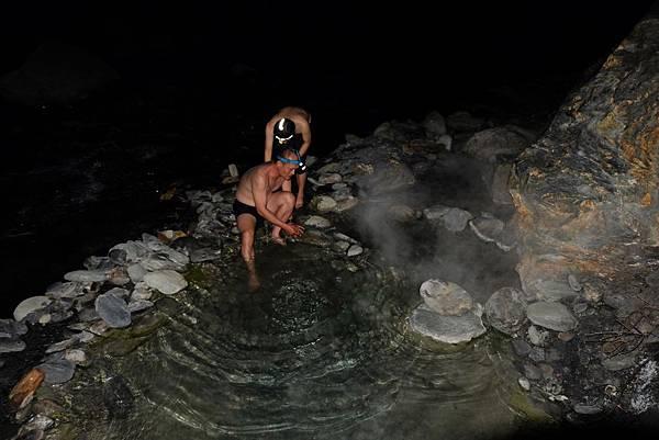 整理野溪溫泉池蒸煙裊裊