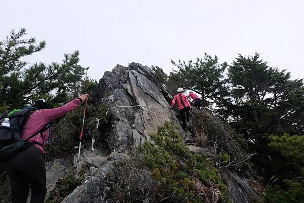 通過岩壁懸崖