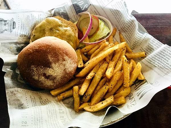 經典牛肉起司漢堡(附薯條)($230)