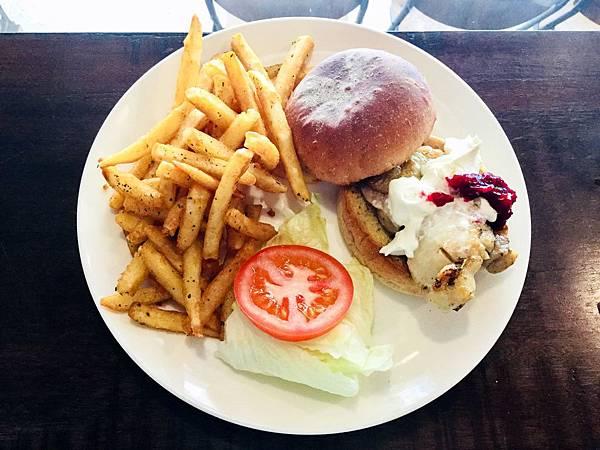 蔓越莓香煎雞腿排漢堡(附薯條)($260)