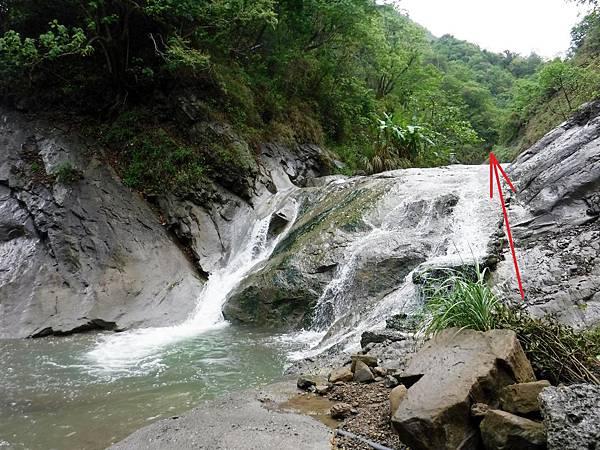 「河床瀑布」爬上阿拉溪