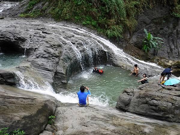 阿拉溪斜瀑布群「雙浴缸池」