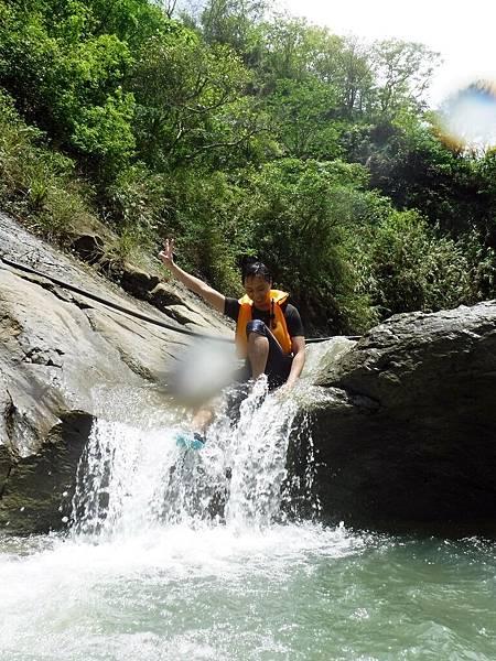 阿拉溪斜瀑布群「雙浴缸池」天然滑水道