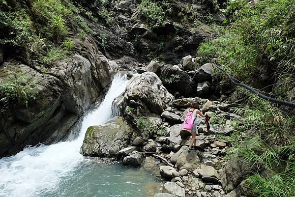 尋路攀上河床瀑布