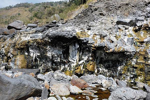十三坑規模較小的溫泉彩壁