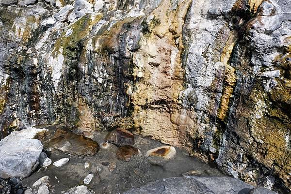 岩壁下溫泉水積蓄