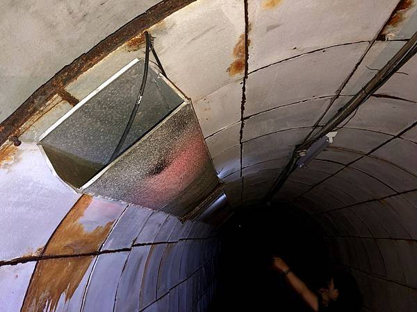 隧道牆上鋪設一層保麗龍