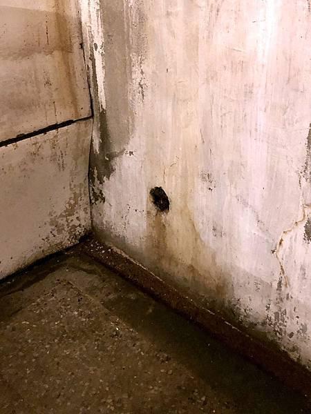 第二間偵訊室角落據說是用來上銬的洞