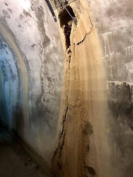 主坑道後段最大裂縫沉積微鐘乳石