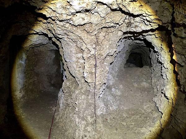 進入龍蟠洞1號口坑道分岔二支