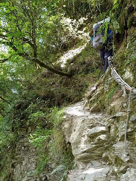 途經懸崖路段
