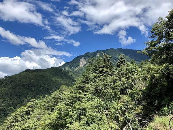 懸崖路段難得眺望屏風山風景