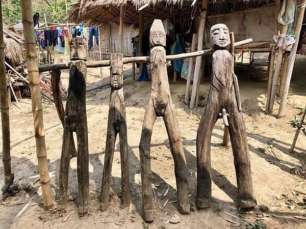 入口擺設木頭人偶,象徵長頸族一夫多妻的制度