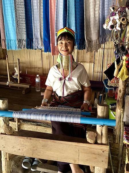 正在織布的長頸族婦女