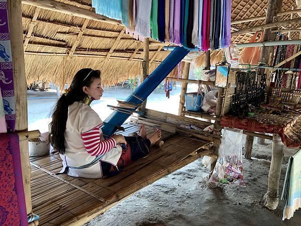 示範織布的長頸族人